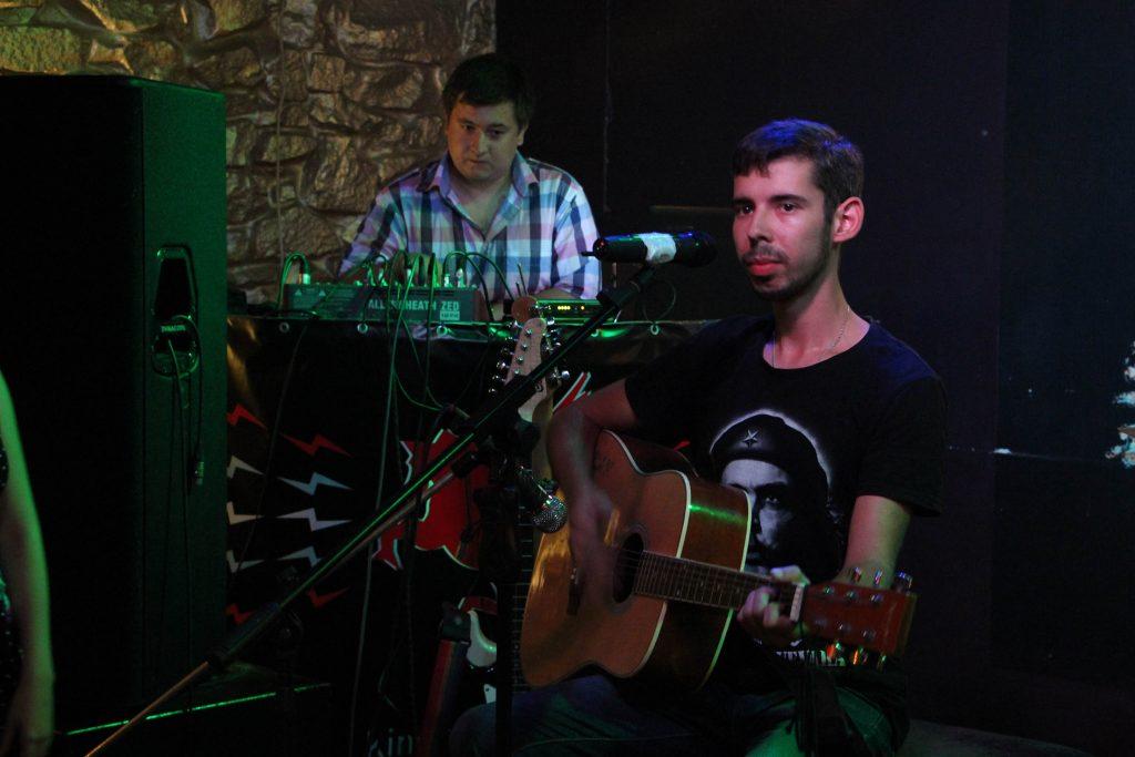 Хиты-90 исполнили в столице ДНР музыканты из подконтрольной Киеву территории