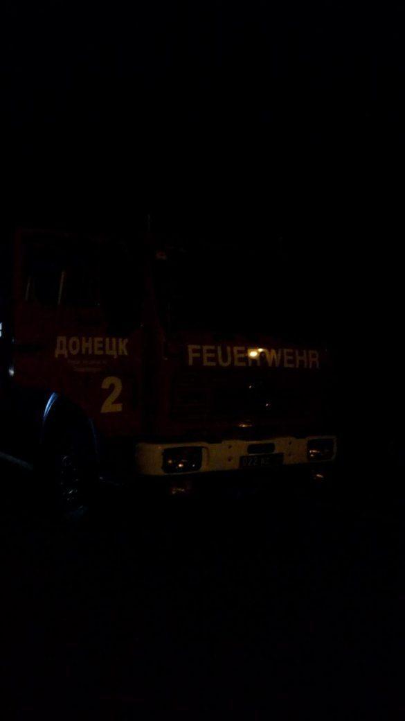 В Донецке у стадиона вспыхнуло дерево