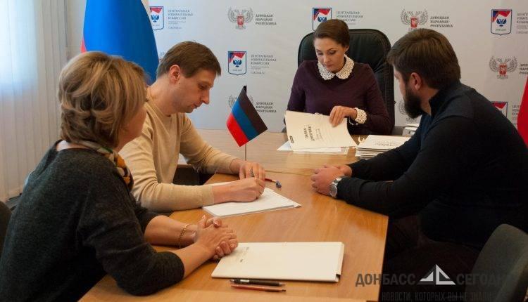 Предвыборная гонка в ДНР: лавочка, соцсети и 18 томов подписей
