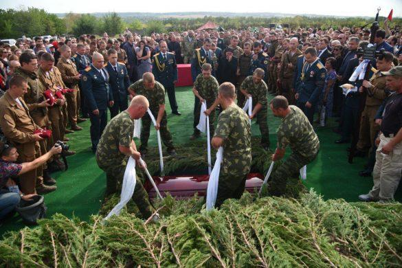 Александра Захарченко с воинскими почестями похоронили на Аллее Героев
