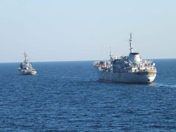 Корабли ФСБ взяли под конвой два украинских судна на Азове