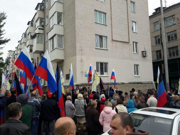 Под Домом Правительства ДНР бунтует «Свободный Донбасс»