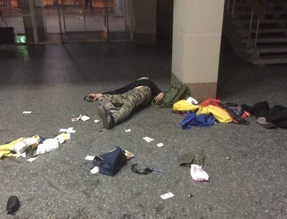Украинский военный устроил вопиющее свинство на вокзале Мариуполя