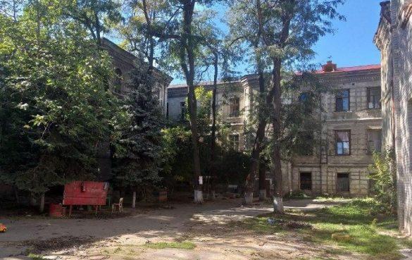 Переселенцы из Донбасса устроили сквот в полуразрушенном здании в центре Одессы