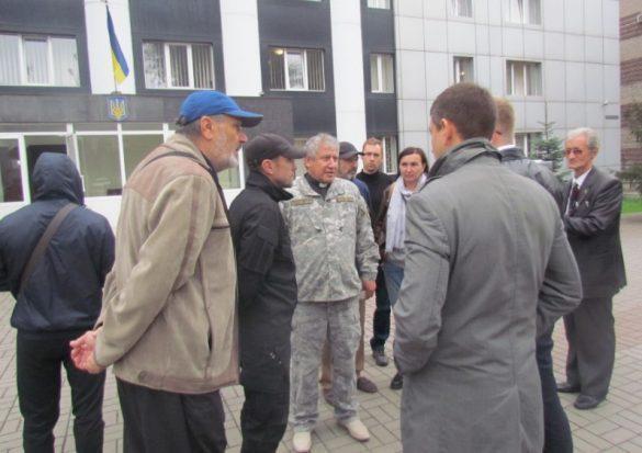 Под прокуратурой Донецкой области с шинами и плакатами требуют наказания для прокурора