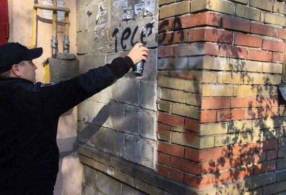В Мариуполе украинских полицейских заставили закрашивать рекламу наркотиков