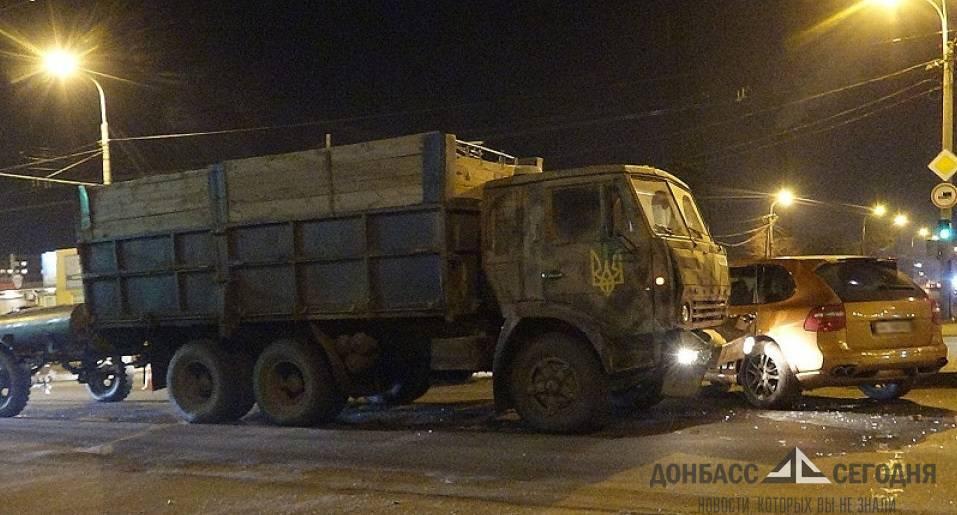 В Мариуполе украинские военные разгромили золотой Porsche Cayenne