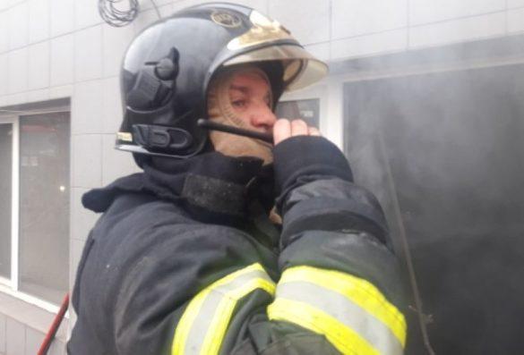 Пожарные эвакуировали около 100 человек из мариупольского бизнес-центра
