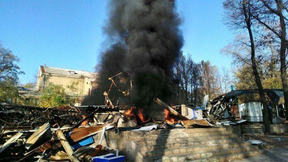 В Донецке загорелся сгоревший дельфинарий