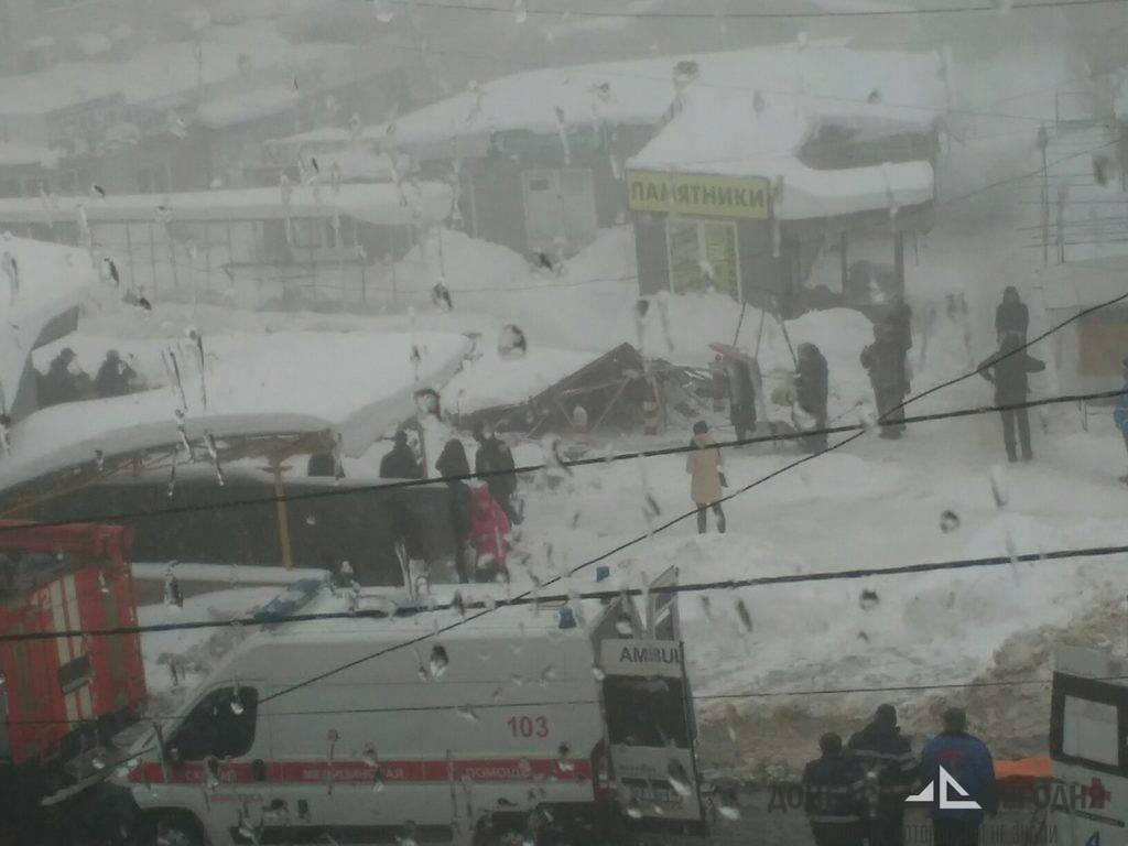 В Макеевке навес рухнул на площади 23 торговых мест, есть пострадавшие