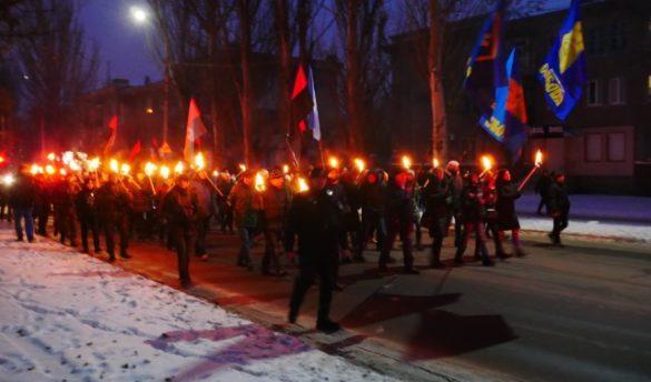В Славянске из-за Бандеры устроили факельное шествие