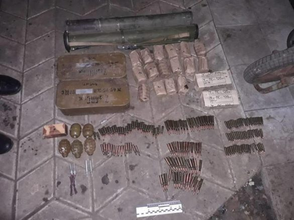 Украинский военнослужащий спрятал кучу боеприпасов у своей бывшей в Краматорске