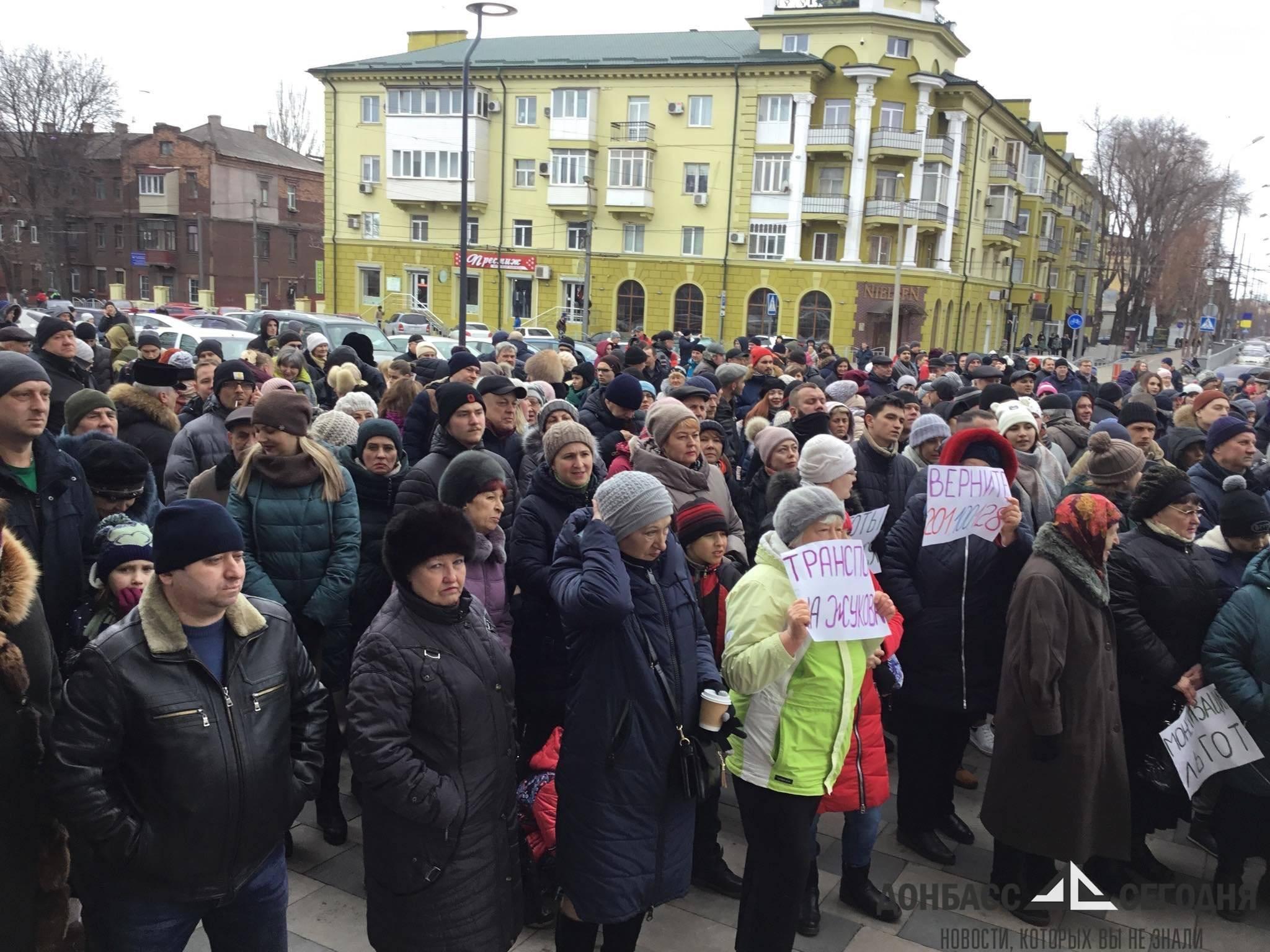 За протестующих жителей Мариуполя взялась украинская полиция