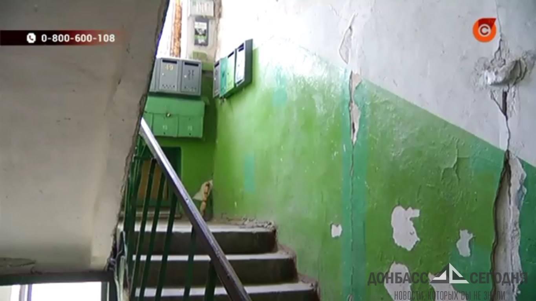 В самом центре Мариуполя с жутким треском разваливается жилая многоэтажка