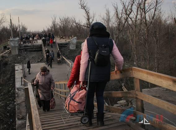 Вместо ремонта моста Украина реставрировала туалет на самом жутком КПВВ