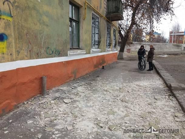Вслед за балконами на жителей Донбасса начала падать штукатурка