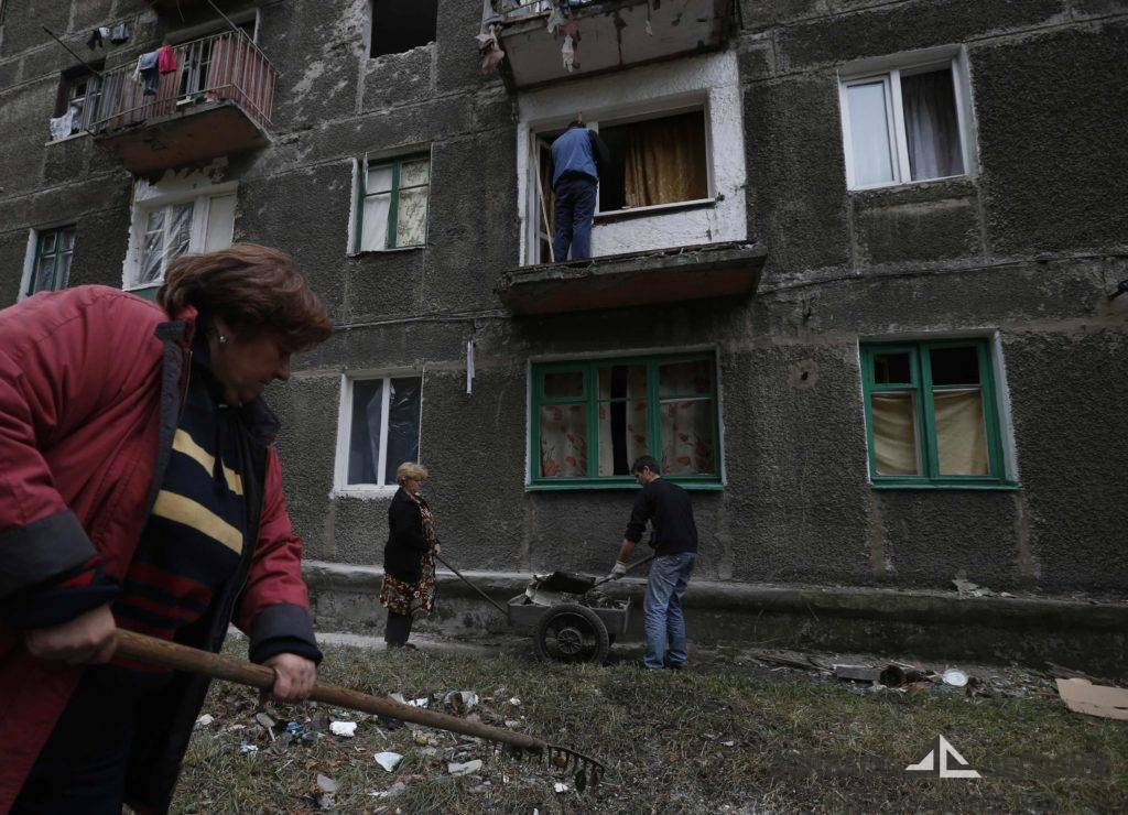 Во время блокады ВСУ Дебальцево жители города хоронили своих близких под окнами собственных домов