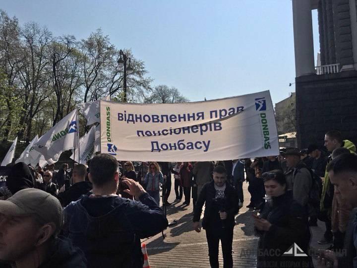 Доведённые до отчаяния переселенцы Донбасса заблокировали Кабмин