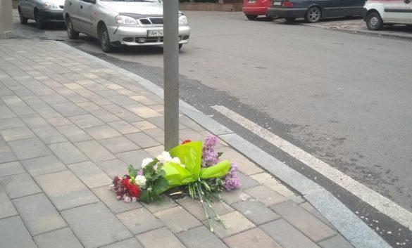 Жители Мариуполя возложили цветы к расстрелянному ВСУ зданию МВД