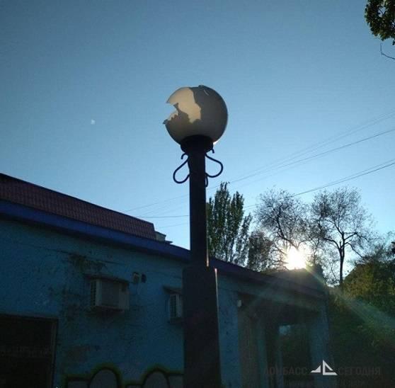 В Мариуполе площадь Воинов-Освободителей превратили в улицу разбитых фонарей