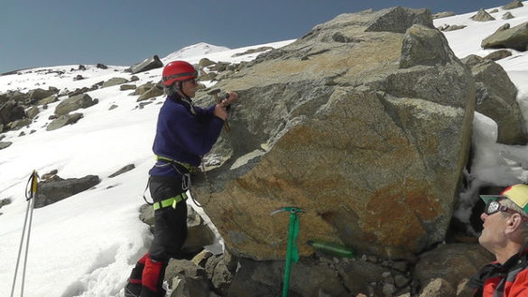 Альпинисты ЛНР на вершине Эльбруса установили табличку в память о погибших детях
