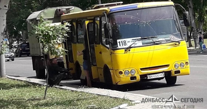 В Мариуполе солдаты ВСУ попали в ДТП и маршрутка лишилась колёс