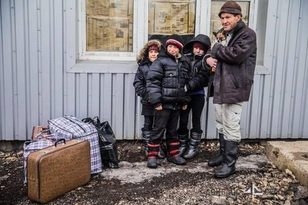 Военные НМ ДНР под обстрелом украинской артиллерии эвакуировали детей в Россию
