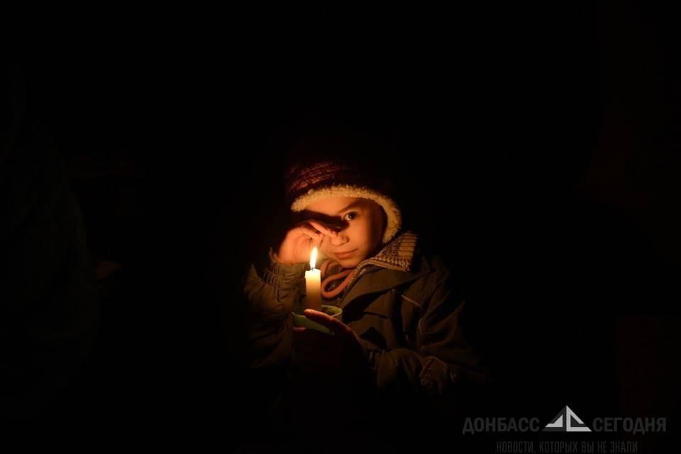 ребенок в подвале со свечкой
