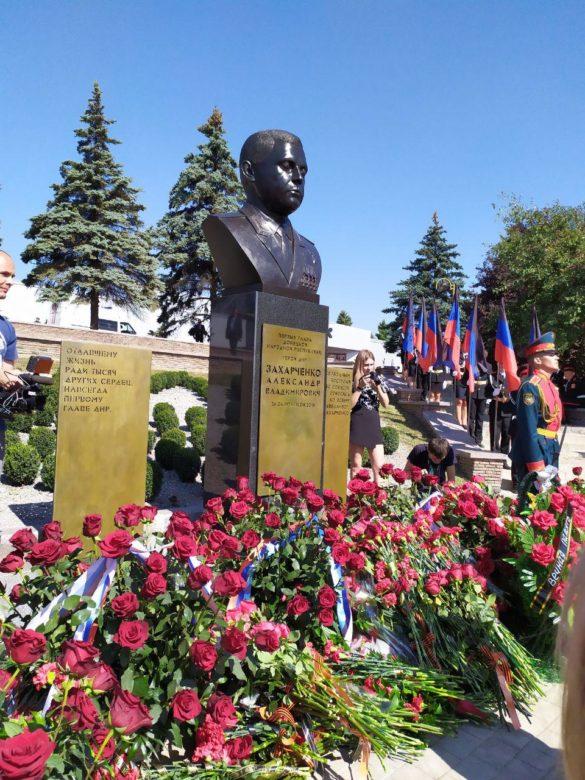 В Донецке открыли памятник Захарченко