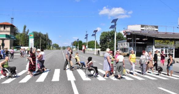 Отчаявшиеся инвалиды Славянска перекрыли трассу на Киев