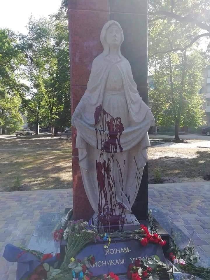 В Житомире жестоко поиздевались над памятником бойцам АТО