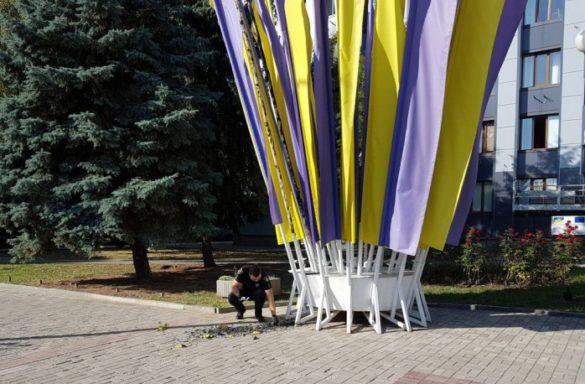В Артёмовске решили сжечь флаги Украины у мэрии