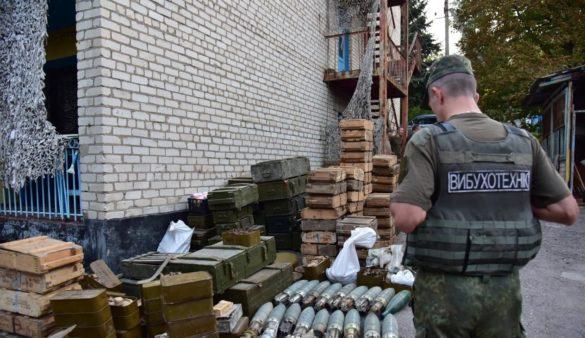 Десять тонн изъятого у нацбатов под Мариуполем оружия МВД Украины использует против России