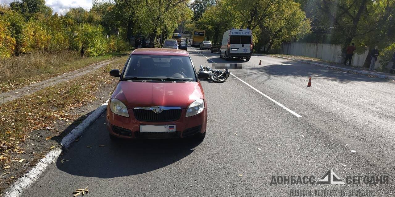 "В Торезе мотоциклист в жёстком ДТП погиб под колёсами ""скорой"""