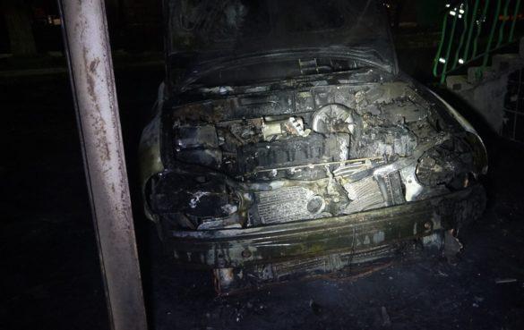 Автомобили начали сжигать в Мариуполе