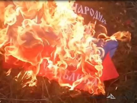 Под Макеевкой ВСУ зашли в магазин, выпустили очередь из автомата и сожгли флаг ДНР