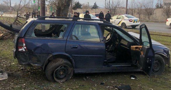 В Мариуполе авто через рельсы снесло дерево и влетело в бетонный забор