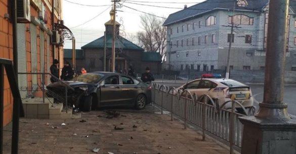 Пьяный водитель «Ford» влетел в витрину у Драмтеатра Мариуполя