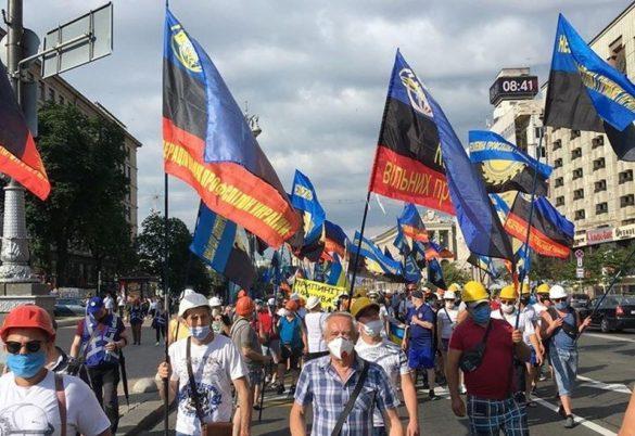 Шахтёры с флагами расцветки ДНР вышли на митинг в Киеве