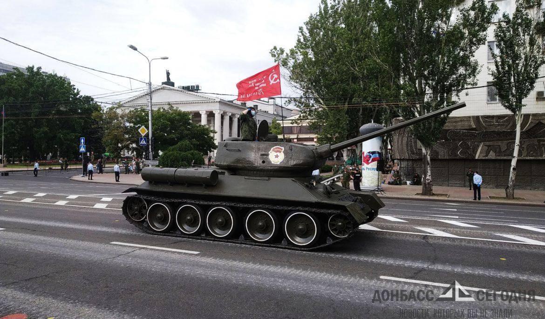 В Донецке прошла репетиция парада Победы – не забыли о противовирусных мерах