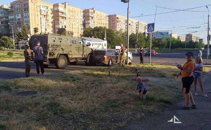 Броневик ВСУ протаранил гражданское авто в Краматорске