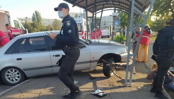 Автомобиль на бешеной скорость протаранил остановку в Мариуполе