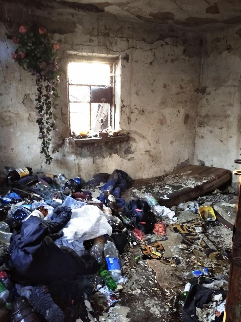 Алчевский бомж захватил летнюю кухню и чуть не уснул вечным сном