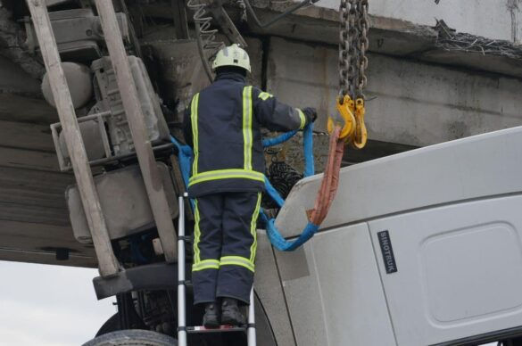 В Мариуполе сняли с моста фуру