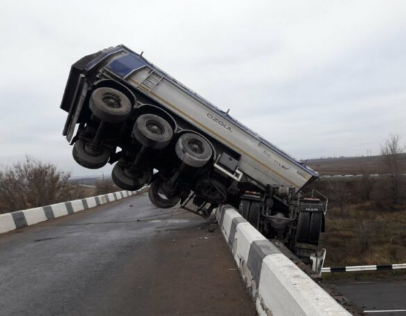На трассе Мариуполь-Волноваха грузовик «поскользнулся» и повис на мосту