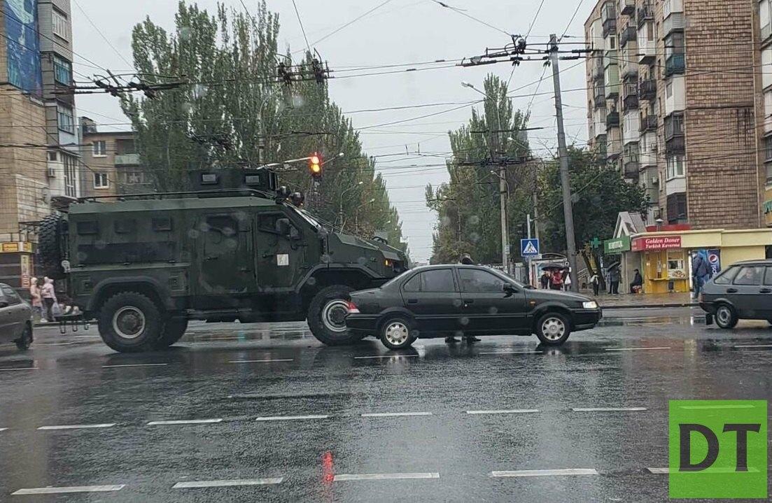 Военный броневик врезался в гражданское авто в Мариуполе