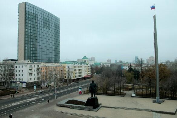 Как проходит монтаж главной ёлки в ДНР