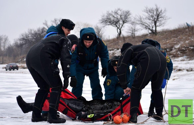 Водолазы обнаружили провалившихся под лёд жителей Тореза