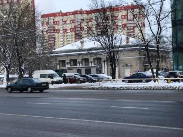 На административном здании в Киеве вывесили флаги ДНР