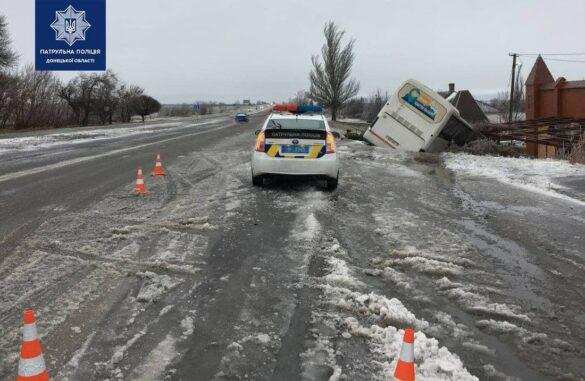 Под Мариуполем на обледеневшей дороге пассажирский автобус улетел в кювет
